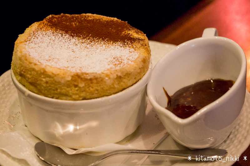 星乃珈琲の「バニラのスフレ チョコレートソース」はふわとろシュワシュワの新食感!優しい甘さが美味しいデザート。