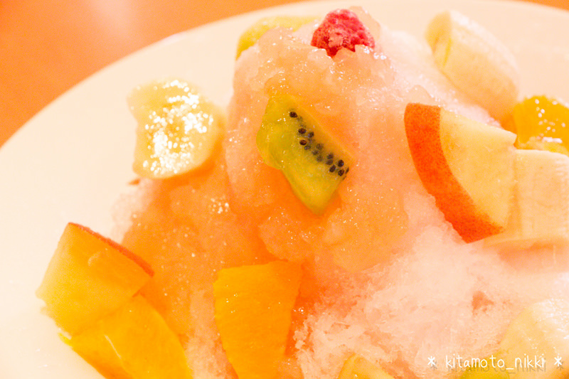 デニーズの純氷かき氷「いちご」と「ピーチフルーツ」食べてみた!