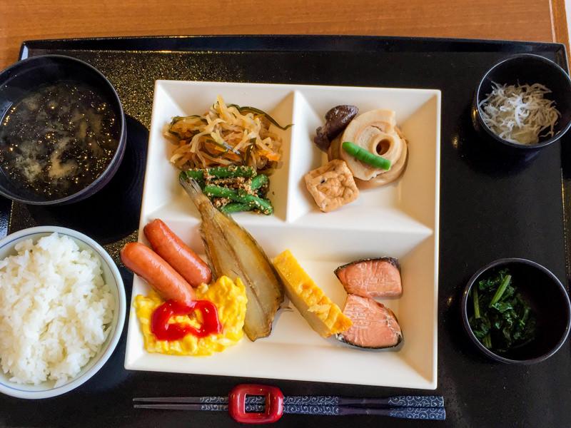 【汐美荘の朝食レポ】品揃え豊富な豪華バイキングに大満足。ヤスダヨーグルト食べ放題もあるよ!