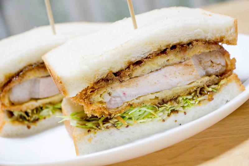 「一本堂 北本駅前店」の焼きたて食パンを買ってみた!肉のコバとコラボでかつサンドもいいぞ。